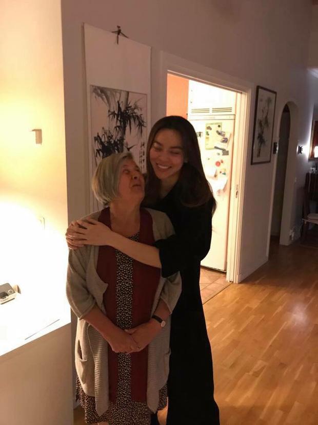 Nữ ca sĩ thân thiết ôm mẹ của Kim Lý