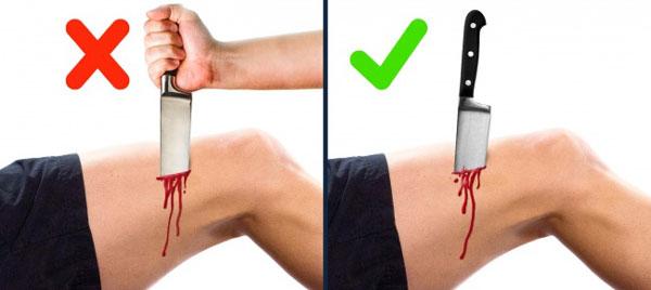 Nếu vô tình bị dao hoặc vật sắc nhọn đâm, bạn không nên rút nó ra, nhất là khi bị đâm vào ngực, bụng hay bắp đùi. Nếu rút dao ra, bạn có thể bị chảy máu đến chết. Tốt hơn hết là bạn không nên động vào dao hay vật nhọn mà hãy tìm tới sự trợ giúp của y tế ngay sau đó.