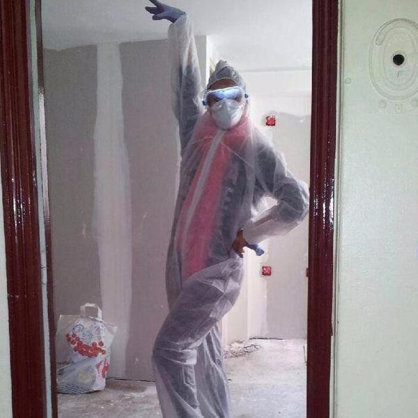 Dù đau lòng trước thảm cảnh này nhưng chị Laurie vẫn tranh thủ chụp lại bức hình hài hước khi dọn nhà.