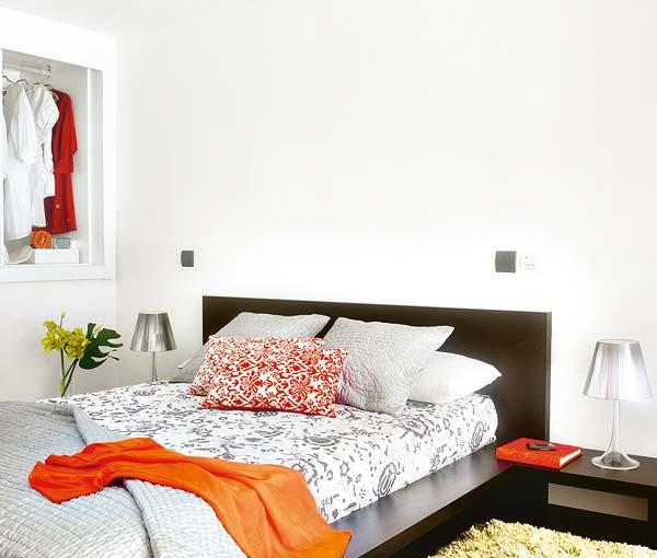 Bước lên cầu thang là không gian phòng ngủ. Ở đây, vẫn cách sử dụng phối màu giống như dưới phòng khách, nhà bếp, bạn sử dụng màu trắng chủ đạo điểm xuyết gối họa tiết hoa đỏ, chăn màu ram rực rỡ... Không gian phòng ngủ bỗng chốc trở nên ấm áp, thư giãn mà vẫn rộn lên sự tươi vui, thoải mái.