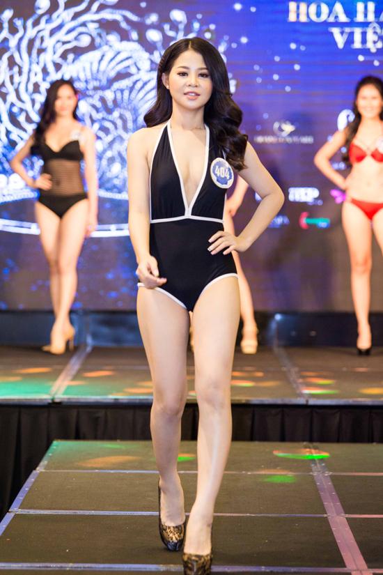 Trần Gia Hân sinh năm 1999, cao 167cm. Cô là sinh viên Đại học Quốc tế Hồng Bàng.