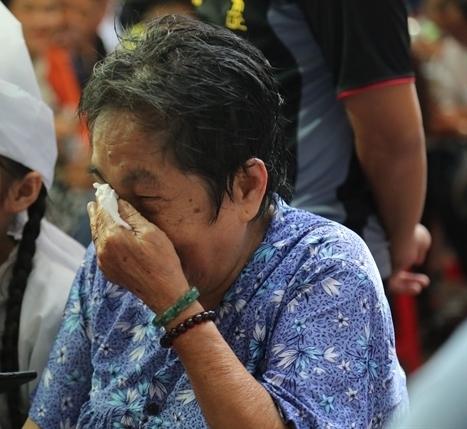 Mẹ nghệ sĩ Khánh Nam lau nước mắt khi nói về con trai