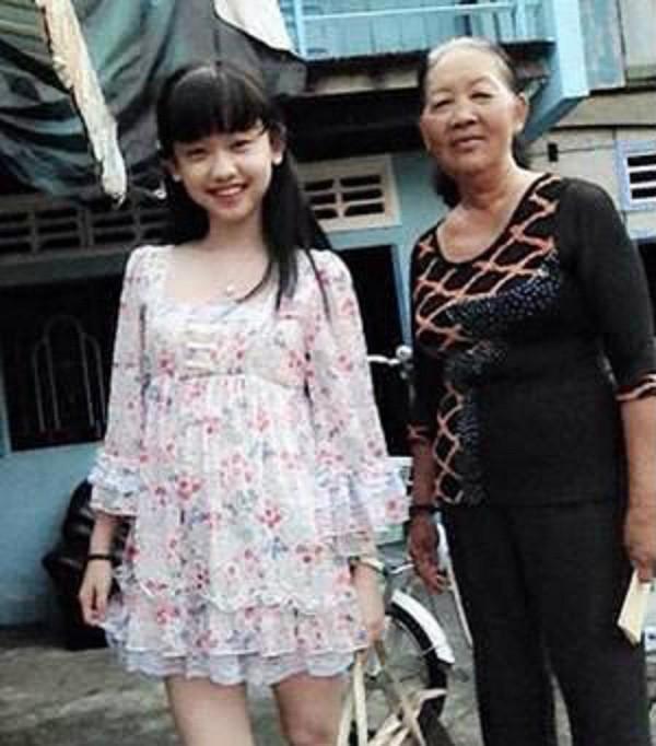 Thuý Vi và bà ngoại hồi ở quê.