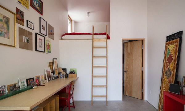 Cầu thang gỗ dẫn lên phòng ngủ lửng đơn giản nhưng ấm cúng.