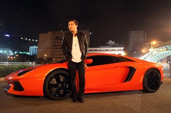 Khán giả Hà thành biết đến Tuấn Hưng như một tay chơi xe vào hàng khét tiếng. Đầu tiên trong bộ sưu tập là chiếc Lamborghini Aventador LP700-4 siêu sang trị giá đến 25 tỷ mà nhiều người mơ ước.