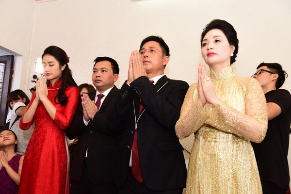 Đôi uyên ương cùng làm nghi lễ trước ban thờ tổ tiên.