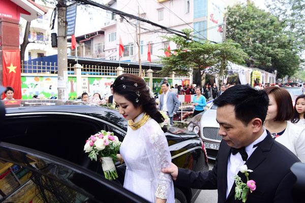 Cả con phố Tô Hiệu ở thành phố Hải Phòng tắc nghẽn vì lễ rước dâu của Hoa hậu bản sắc Việt toàn cầu 2016.
