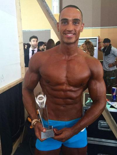 Ngoài nghề tiếp viên, chàng trai này còn là một vận động viên thể hình. Anh từng giành giải nhì cho hạng mục thí sinh có thân hình đẹp trong cuộc thi Mr Dubai năm 2014 và cũng là đại sứ thương hiệu cho một công ty fitness.