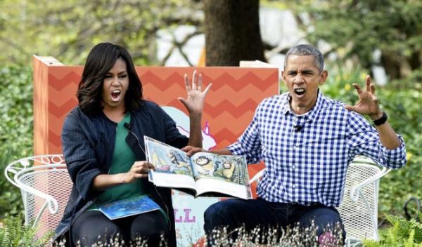 Hai vợ chồng giả làm quái thú khi đọc truyện tranh.