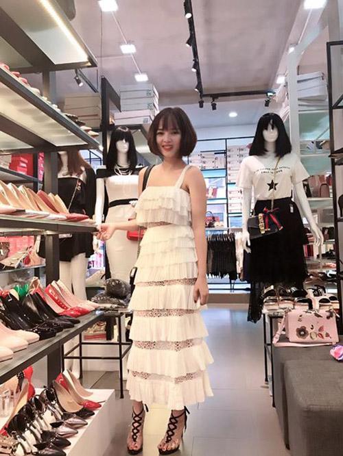 Trong số vợ của nhiều sao Việt thì có lẽ Việt Huê - vợ Lê Hoàng nhóm The Men là cô vợ nóng bỏng nhất của showbiz Việt.