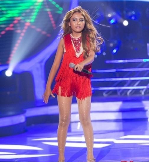 Trên sân khấu cô bé liên tục hóa thân và ăn mặc không phù hợp. Nhiều bộ váy ngắn và sexy tới nỗi khán giả không khỏi lo lắng sợ Mỹ Chi bị ảnh hưởng không tốt.