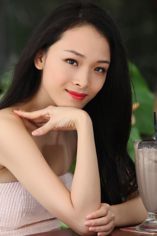 Thần thái yêu kiều của hoa hậu Trương Hồ Phương Nga hút mắt người đối diện.