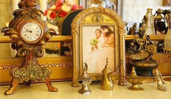 Những chiếc kệ trưng bày vật lưu niệm và khung ảnh làm không gian của các căn phòng có điểm nhấn hơn.