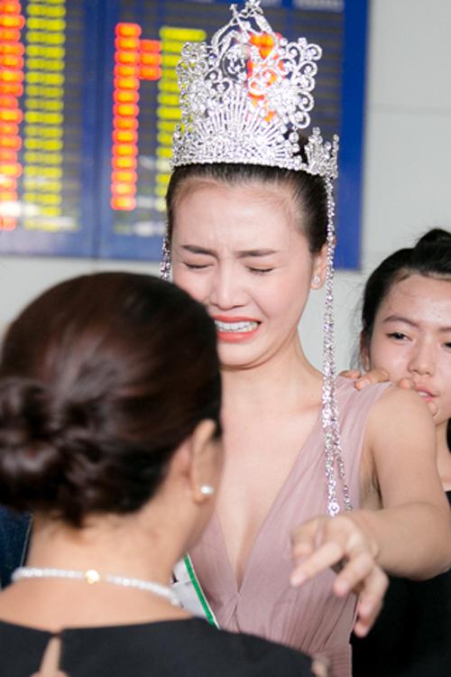 Cô bật khóc xúc động trước mặt mẹ sau khi đăng quang Nữ hoàng sắc đẹp toàn cầu và trở về Việt Nam.