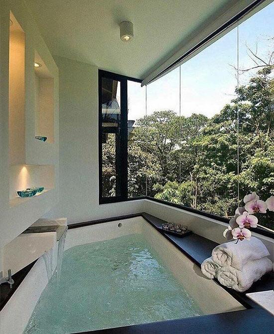 Thiết kế bồn tắm hình tứ giác khá lạ mắt ngay tại nhà.