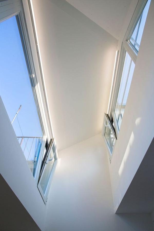 Không chỉ sở hữu một thiết kế ấn tượng mà các bài trí của ngôi nhà này cũng rất đáng kể đến với lối bài trí theo hướng tối giản mang hơi hướng Châu Âu. Nền gỗ sáng màu, những bức tường trắng, nội thất hiện đại mang đến cho ngôi nhà sự gọn gàng và tính thẩm mỹ đáng kể.