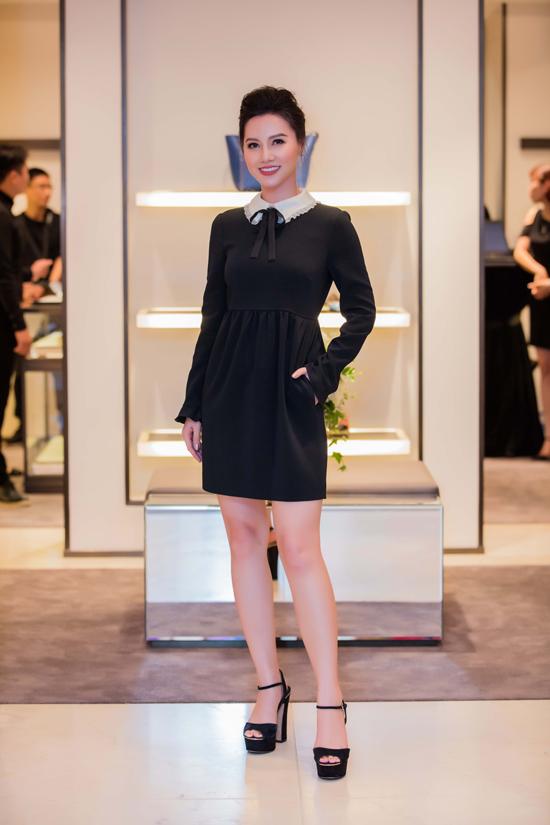 Diện bộ váy đen dài tay cùng cách make-up kỹ lưỡng, MC Minh Hà trở nên già dặn so với hình ảnh đời thường.