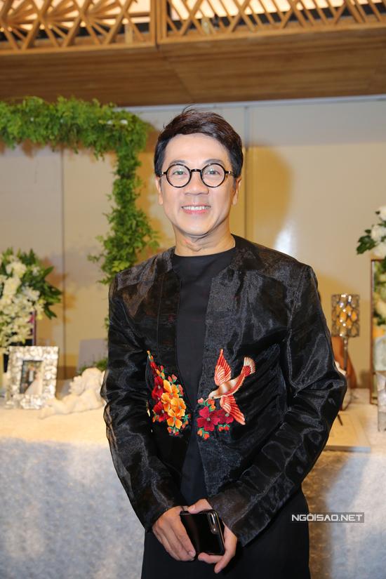 Nghệ sĩ Thành Lộc mặc vest chỉn chu.
