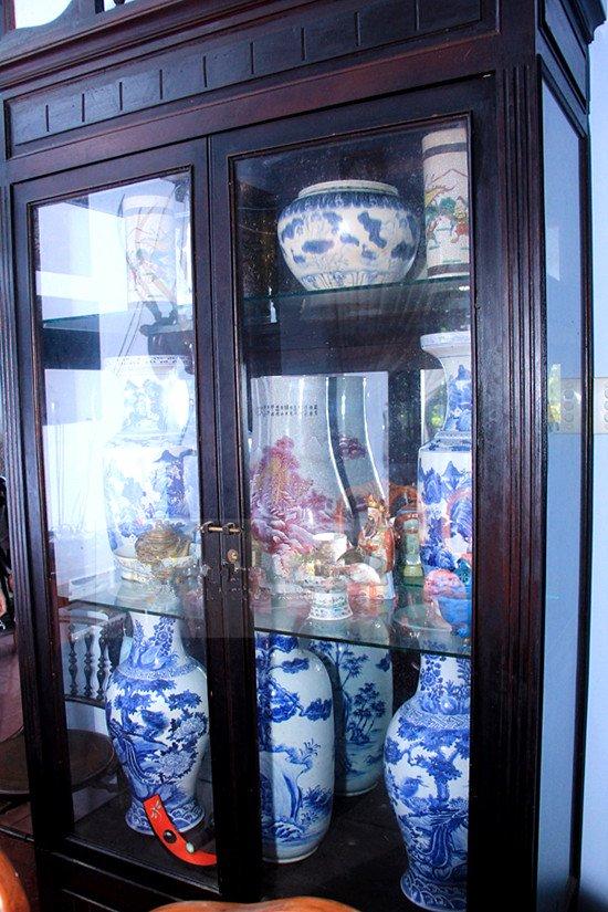 Trong nhà trưng bày không đếm xuể số lượng đồ cổ, bình gốm sứ.
