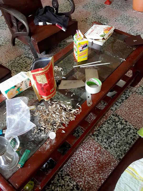 Đồ ăn thừa, rác thải vứt đầy trên bàn.