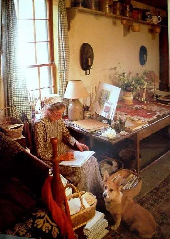 Ngoài thời gian làm vườn, bà còn viết sách, dạy hội họa và văn học cho trẻ em, nuôi gà, nuôi dê,…