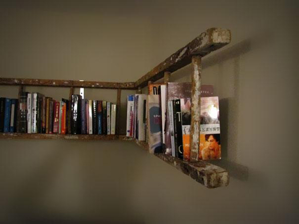 Nếu bạn đang thiếu chỗ để sách nhưng còn thừa một chiếc thang cũ, tại sao lại không thử kết hợp lại với nhau? Một giá sách làm từ thang cũ sẽ mang lại diện mạo mới mẻ cho căn phòng của bạn!