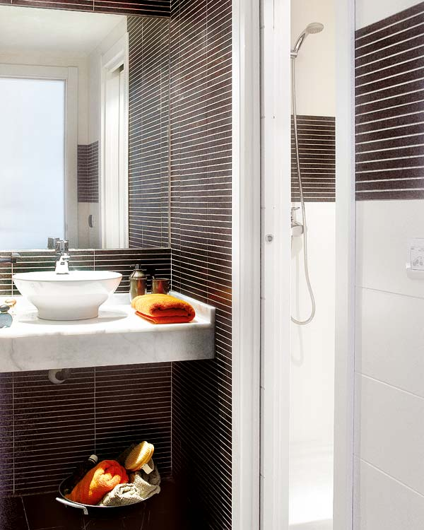 Trong phòng tắm nhỏ hẹp, tông màu trắng được sử dụng tối đa. Kết hợp thêm những chiếc khăn màu cam là bạn có không gian sáng bừng như ý!