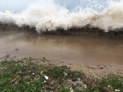 Sóng biển đập vào bờ tại xã Quỳnh Long (Quỳn Lưu, Nghệ An). Ảnh: Ngọc Tú