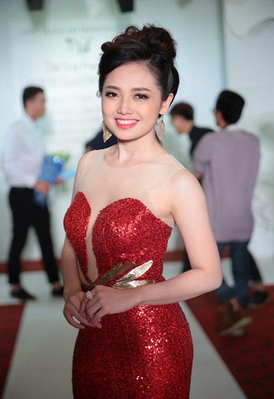 Ngọc Trang luôn xinh đẹp dù khoác lên người trang phục truyền thống hay gợi cảm.