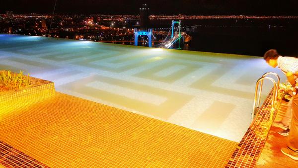 Bể bơi có nước chảy tràn qua ba cạnh, hướng nhìn về phía biển, sông Hàn và bán đảo Sơn Trà.