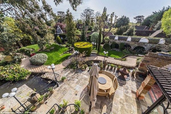 Khu vườn sang trọng giống như vườn thượng uyển của vua chúa ngày xưa ngay trong khuôn viên ngôi nhà đặc biệt của ông Trevor