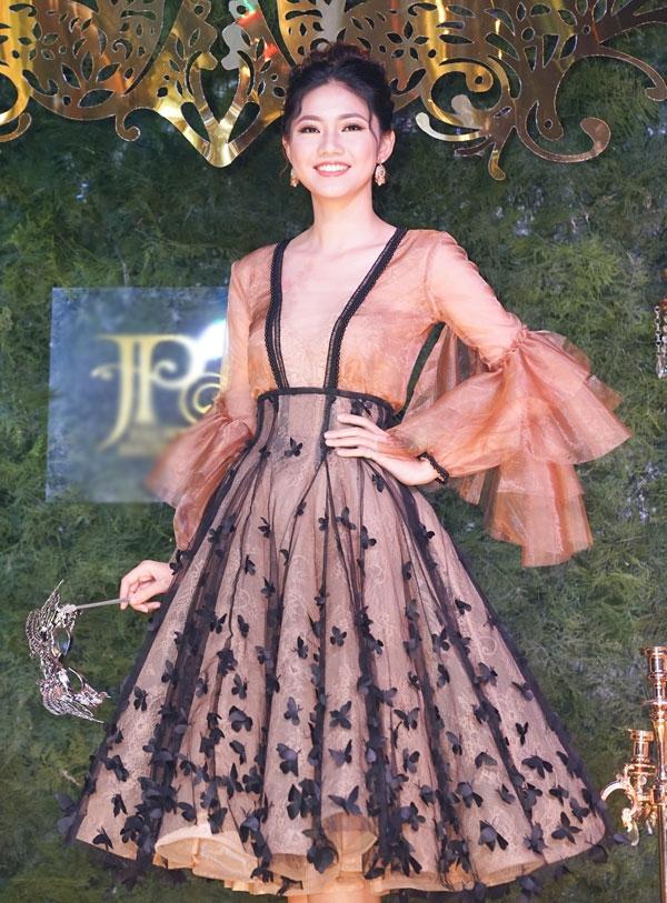 Á hậu Thanh Tú lộng lẫy như công chúa. Tất cả khách mời đều diện thiết kế của Anh Thư khi dự event này.