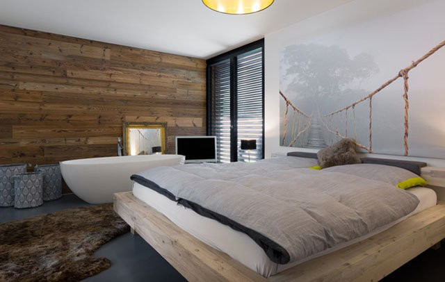 Tầng hầm thoáng mát và kín đáo được lấy làm phòng ngủ để đảm bảo tính riêng tư.