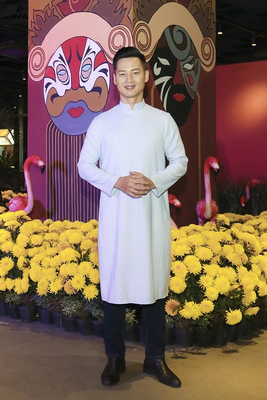 Ca sĩ Đức Tuấn cũng đến khám phá không gian Sài Gòn xưa tại event tối qua.