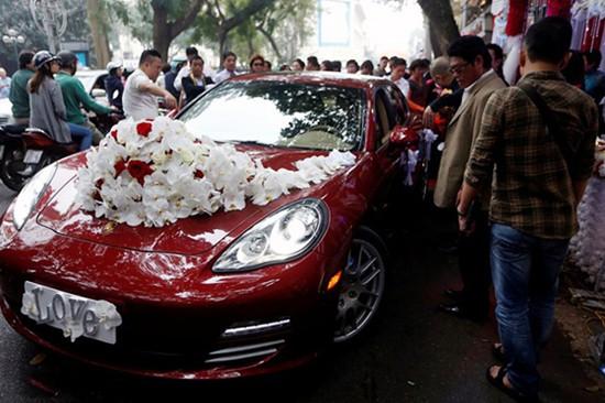 Còn đây là chiếc Porsche Panamera Turbo đỏ chói trị giá gần 10 tỷ đồng, được Tuấn Hưng trưng dụng làm xe cưới, khiến hàng trăm người dân hiếu kỳ.
