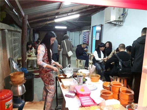Tiệm ăn của Rot Jib lúc nào cũng đông nườm nượp khách, mà phần lớn trong đó là đến vì cô chủ quán xinh đẹp.