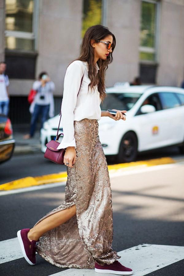 Diện trang phục sequin không nhất thiết lúc nào bạn cũng phải kè kè với giày cao gót hay những loại boots da sang chảnh. Hãy nhìn cô nàng này mà xem, chiếc chân váy sequin maxi xẻ tà được phối nhẹ nhàng cùng sơ mi trắng và giày vans nhưng trông vẫn vô cùng đẹp mắt lại dễ ứng dụng