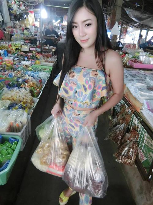 Cô chủ xinh đẹp tự tay đi chợ nấu bếp