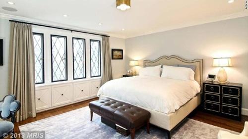 Một trong 9 phòng ngủ của căn biệt thự.