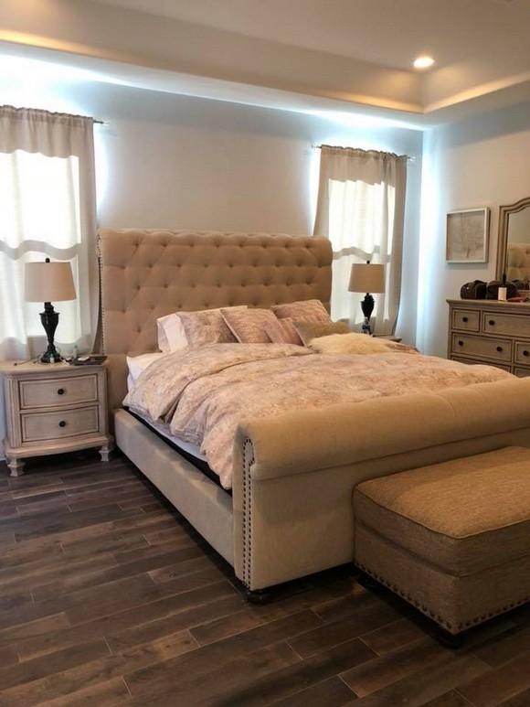 Phòng ngủ sang trọng và ấm cúng của vợ chồng Lệ Quyên với sàn gỗ và những gam màu nhạt mà không hề lòe loẹt.