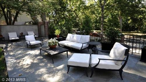 Bàn ghế được bố trí ngoài trời dành cho những phút giây thư giãn, tụ họp gia đình.