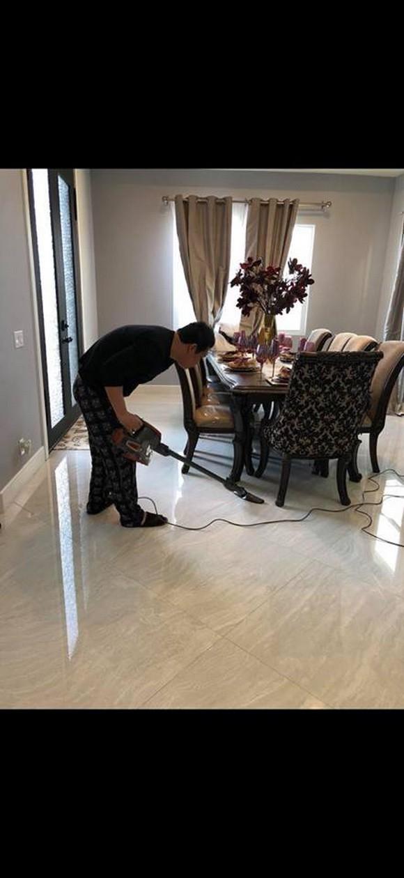 Nữ ca sĩ khoe ảnh ông xã cặm cụi hút bụi cho ngôi nhà mới