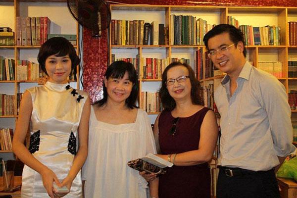 Hầu như lần ra mắt sách nào của nhà văn Linh Lê cũng có mặt BTV Quang Minh.