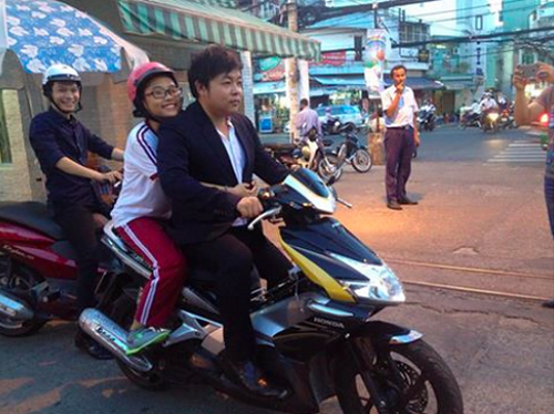 Ca sĩ Quang Lê từng bị chỉ trích vì không đội mũ bảo hiểm khi tham gia giao thông