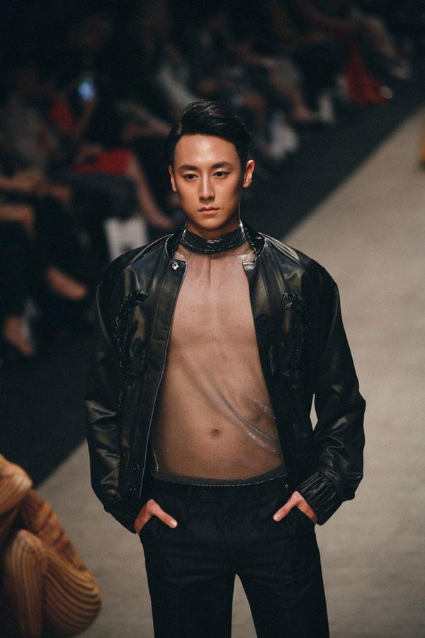 Không chỉ làm diễn viên, ca sĩ, Rocker Nguyễn còn là người mẫu của nhiều sàn diễn thời trang lớn.