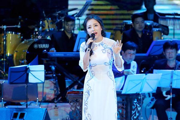 Bạch Trà hạnh phúc khi được tham gia một chương trình ca nhạc về quê hương.