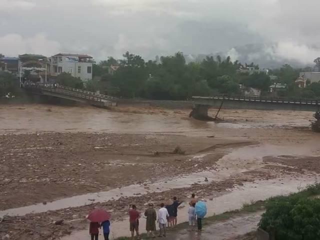 Cầu Thia ở Yên Bái đổ sập khiến nhiều người bị lũ cuốn trôi.