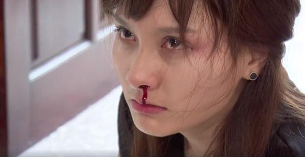 Bảo Thanh bị chồng đánh đập trong tập 23 của Sống chung với mẹ chồng. Ảnh chụp
