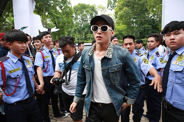 Sơn Tùng M-TP được bảo vệ cẩn thận khi tiếp xúc với fan hâm mộ