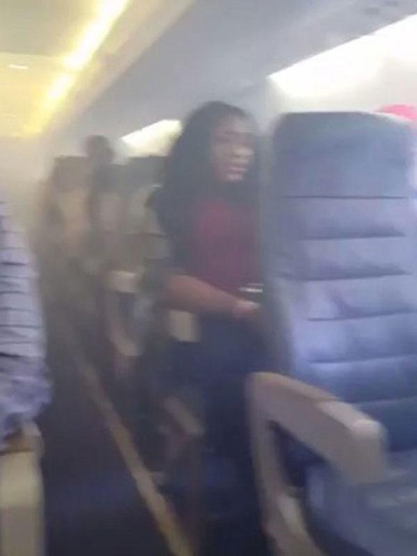 Khung cảnh ghi lại trên chiếc máy bay bị cháy khiến hành khách hoảng loạn.